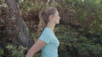 une jeune femme qui s'étend avant sa course video