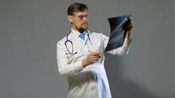 doctor en bata blanca examina video