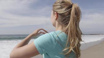 une coureuse se reposant sur la plage après sa course. video