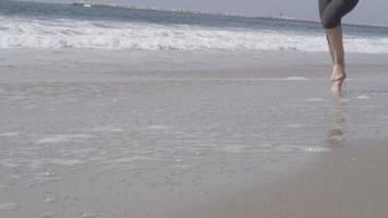 une femme qui va courir sur la plage. video
