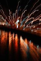 luces de colores desenfocadas en la noche foto