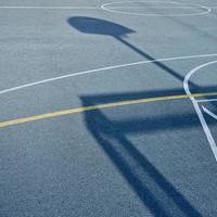 sombras de la cancha de baloncesto de la calle foto