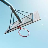 aro de baloncesto callejero y cielo azul foto