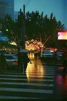 China, Shanghai, 2021 - Paso de peatones bajo la lluvia foto