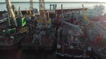fartyg i hamnen vid floden video