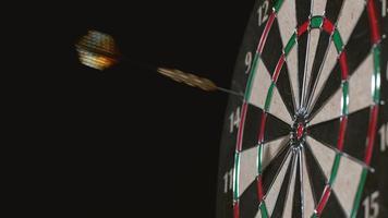 dart träffar bulls eye i slow motion-skott på phantom flex 4k vid 1000 fps video