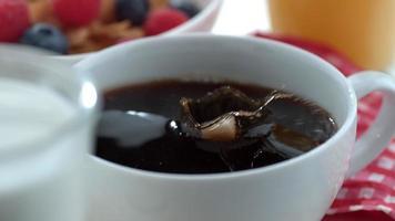 cubos de açúcar espirrando no café em câmera lenta filmados em phantom flex 4k a 1000 fps video
