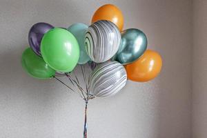 globos de colores en un paquete. fiesta, fiesta, cumpleaños foto