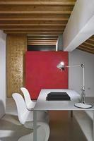 Detalle de un escritorio de hierro y dos sillas en la buhardilla foto