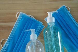 desinfectante de manos en gel de alcohol y mascarilla médica foto