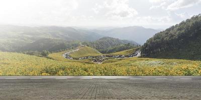 Carretera vacía carretera asfaltada y hermoso paisaje de montaña foto
