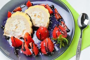pastel de cereza agria. rebanadas de bizcocho de guindas con azúcar y ramitas de canela. foto