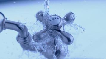 kallvattenkran med vattenstänk i slow motion skott på fantom flex 4k vid 1000 fps video