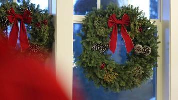 Weihnachtskranz hängt am Fenster video