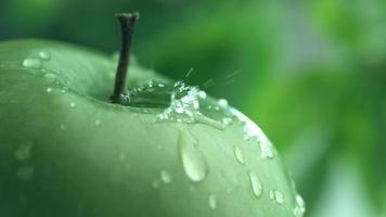 close-up extremo de gotejamento de água na maçã em câmera lenta filmado em phantom flex 4k a 1000 fps video