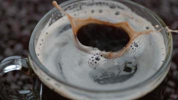 cubes de sucre éclaboussant dans le café au ralenti tourné sur fantôme flex 4k à 1000 fps video