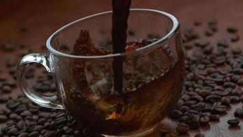 café versé dans une tasse au ralenti tourné sur un flex fantôme 4k à 1000 fps video