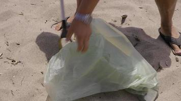 limpeza da areia da praia video