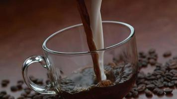 café et crème liquide se déversant ensemble au ralenti sur un flex fantôme 4k à 1000 fps video