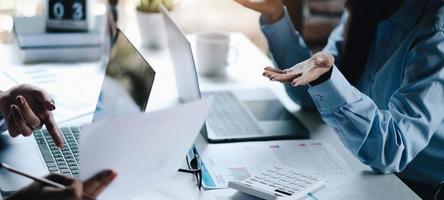 Dos empresarias líderes discutiendo los cuadros y gráficos que muestran los resultados. foto