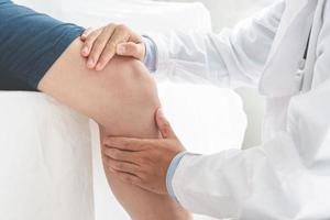 Fisioterapeuta haciendo tratamiento curativo en la pierna del paciente concepto de terapia física deportiva banner panorámico foto