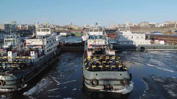 fartyg i hamnen i floden video