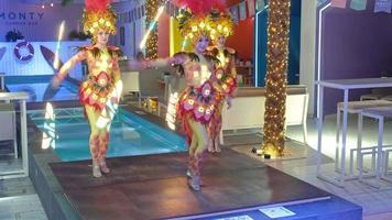 un groupe de femme mettant sur une routine de danse video