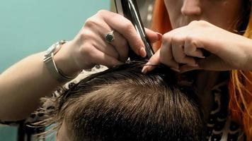 coiffeur coiffant les cheveux d'une personne video