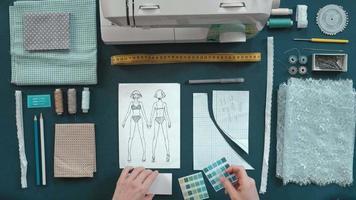 diseñador costurera de escritorio eligiendo colores video