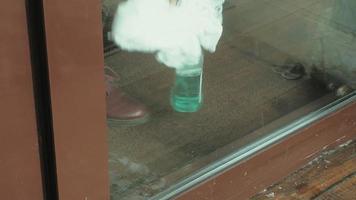 nettoyer la porte vitrée de l'espace de travail video