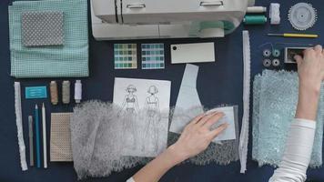 costureira de mesa trabalhando em roupas video