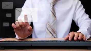 Hombre trabajando en equipo y concepto de marketing por correo electrónico foto