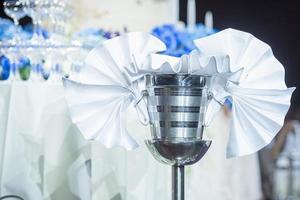 filas de copas de champán en la fiesta de bodas foto