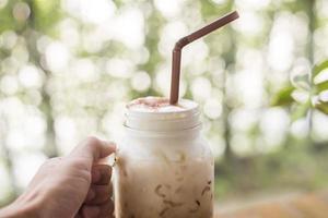 café helado con leche en la mesa de madera foto