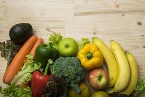 Verduras y frutas en la mesa de madera, concepto de comida sana foto