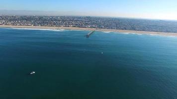 foto aérea de surfistas remando para protestar no oceano. video