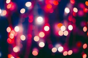 Adornos navideños sobre fondo bokeh con luces fuera de foco foto