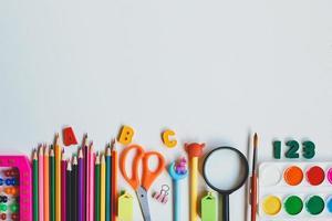 De vuelta a la escuela. útiles escolares sobre un fondo blanco. vista superior. copie el espacio. foto