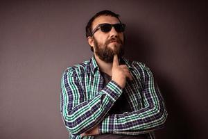 guapo, hipster, hombre barbudo, con, gafas de sol, y, camisa foto