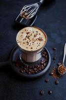 café dalgona, un moderno café batido cremoso y esponjoso. foto