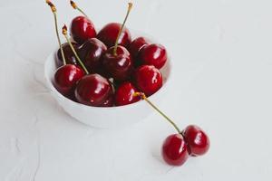 cerezas frescas. cereza sobre fondo blanco. concepto de comida sana. foto