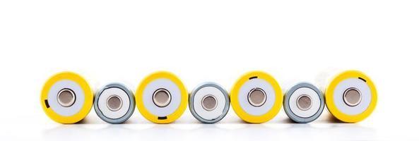 Varias baterías recargables sobre fondo blanco. foto