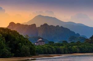 río de montaña río ligero en krabi, tailandia cueva del tigre templo atmósfera belleza naturaleza foto