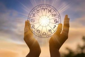Los signos del zodíaco dentro del círculo del horóscopo concepto de astrología y horóscopos foto