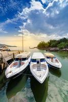 viaje en lancha rápida puerto tailandia ubicación de envío barco turístico a la isla en tailandia en los días azules brillantes foto