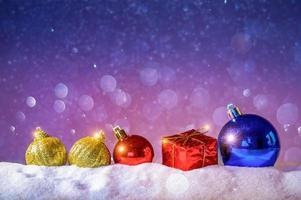 Feliz navidad y próspero año nuevo saludo de fondo. linterna de navidad en la nieve con abeto foto