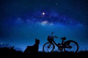 la persona está en bicicleta en medio de la galaxia de estrellas foto