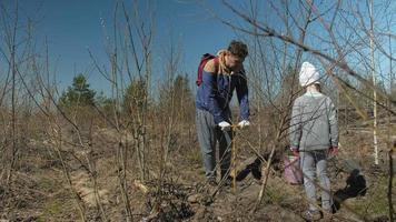 duas pessoas plantando árvores video