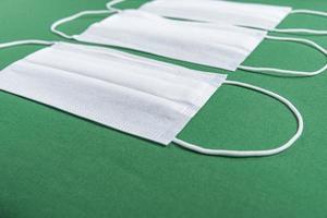 mascarilla quirúrgica sobre fondo verde minimalista foto