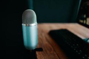 micrófono profesional en el estudio de radio o podcast foto